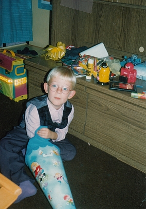 Johannes beim Auspacken seiner Zuckertüte